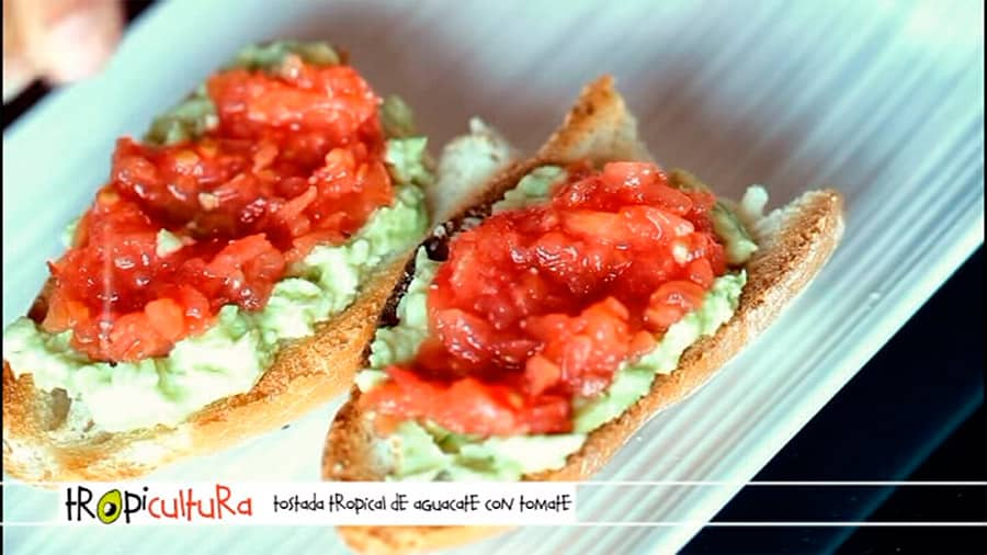 TOSTADA CON AGUACATE Y TOMATE